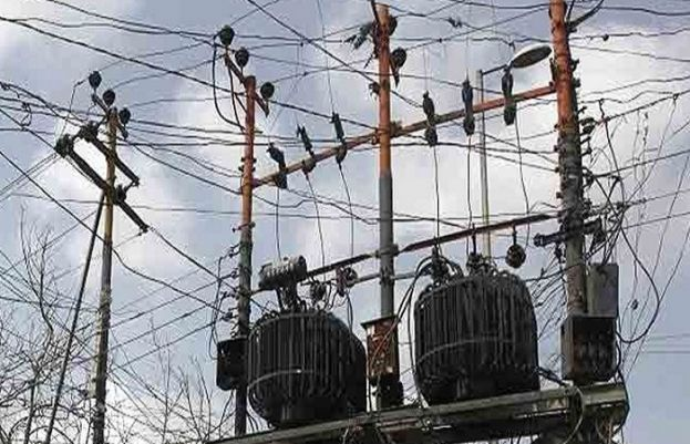 Karachi experiences power outage amid hot and humid weather