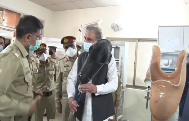 FM Qureshi meets war-wounded soldiers at AFIRM Rawalpindi