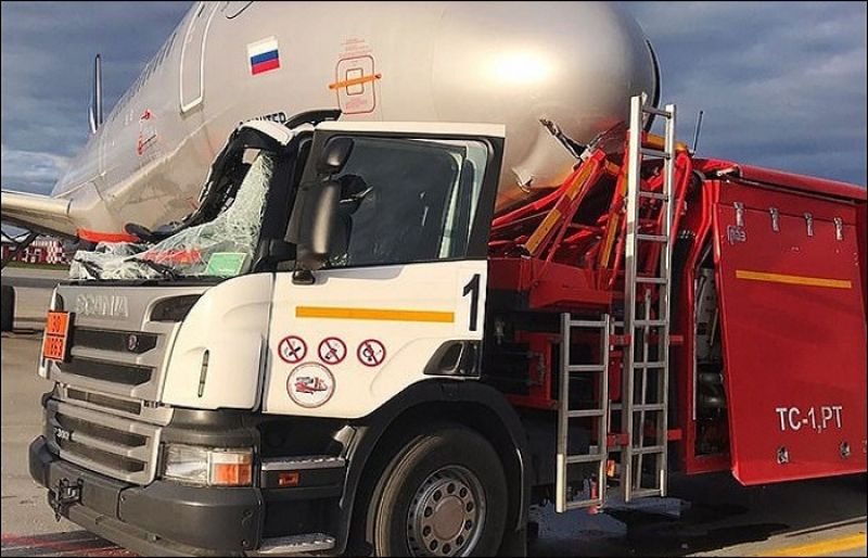 Fuel tanker rammed into an Airplane at Moscow airport - SUCH TV