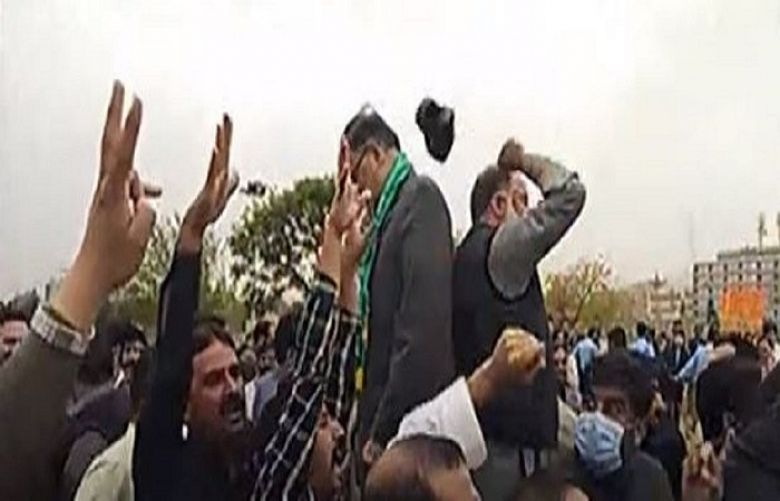 Scuffle between PML-N leaders, PTI workers outside the Parliament