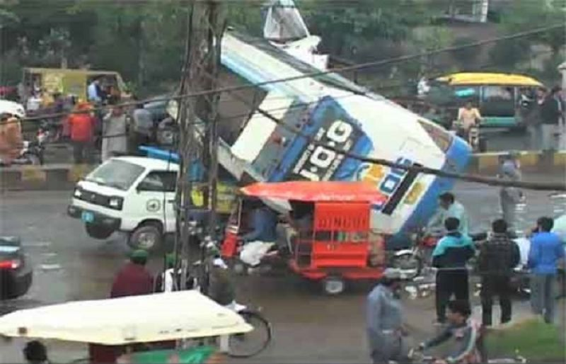 gujranwala at least 2 injured as speedy bus overturns such tv