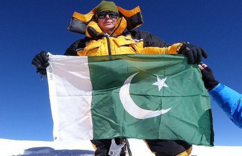 British-American woman conquers K-2, hoists Pakistan's flag