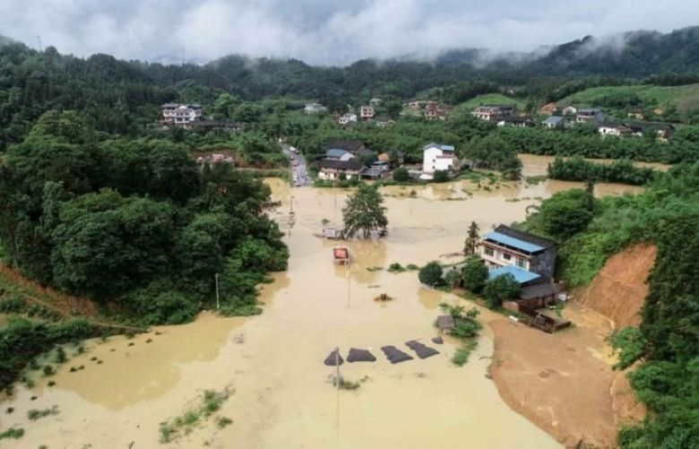 Thousands stranded and five killed, as heavy rain lashes south China