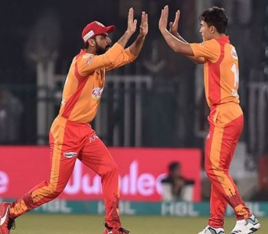 Islamabad United beat Lahore Qalandars by 1 wicket in scintillating contest