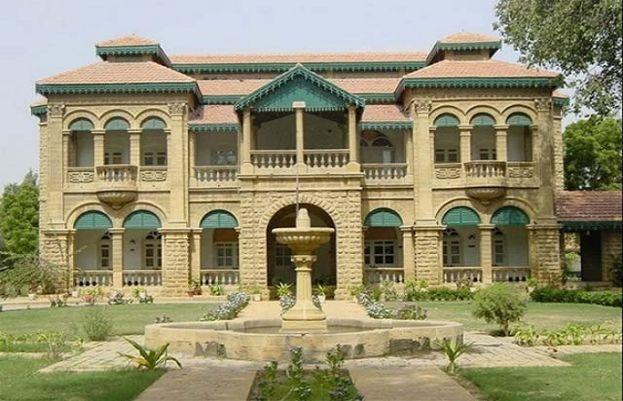 فاطمہ جناح روڈ کے سنگم پر واقع یاد گار عمارت