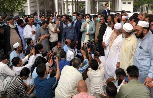 سرکاری ملازمین کا پارلیمنٹ ہاؤس کے باہر احتجاجی مظاہرہ