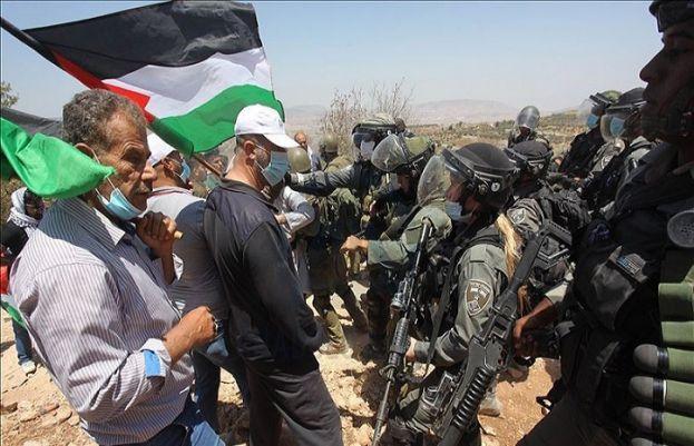 اسرائیلی فوجیوں کا فلسطینی مظاہرین پر حملہ