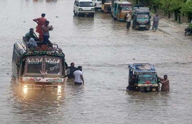 کراچی میں موسلادھار بارش سے کئی علاقے زیر آب