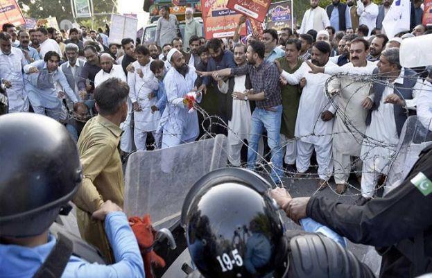 وفاقی دارالحکومت میں ملازمین کا احتجاج، پولیس کی شیلنگ لاٹھی چارج