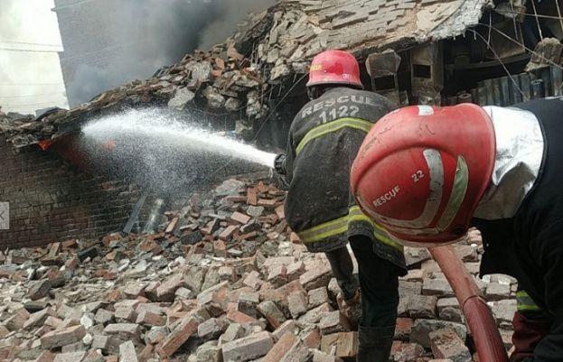 لاہور میں آگ لگنے والی کیمیکل کے گودام کی عمارت گرگئی