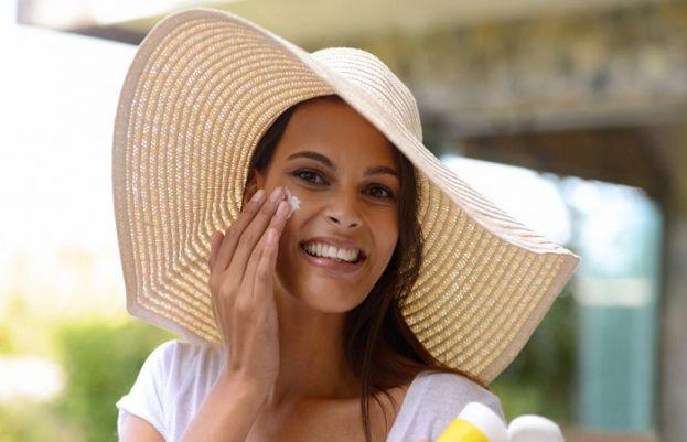 سرد موسم میں سن اسکرین کا استعمال آپ کی جلد کو کتنے فائدے پہنچاسکتا ہے آئیے جانتے ہیں۔