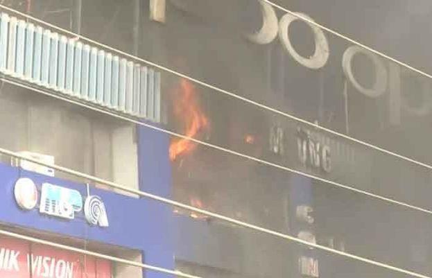 لاہور:حفیظ سینٹر گلبرگ میں لگنے والی آگ بےقابو
