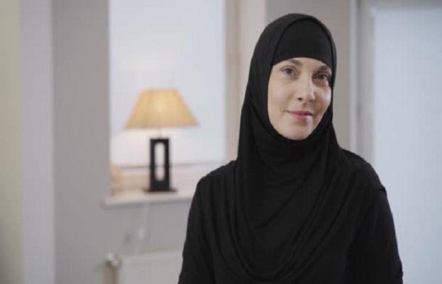 مسلمان خاتون کو  جہاز سے زبردستی اتار کر گرفتار کرلیا، وجہ جان کر انسانیت شرما جائیں