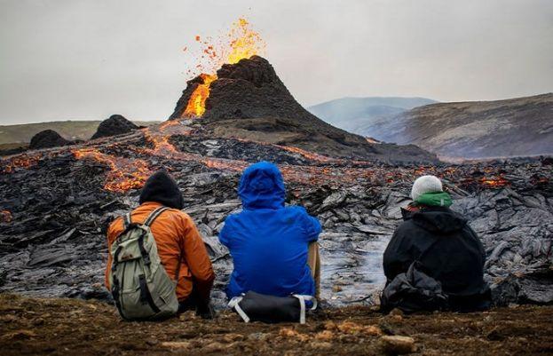 آئس لینڈ میں آتش فشاں پہاڑ سے بہتا لاوا لوگوں کی دلچسپی کا مرکز بن گیا