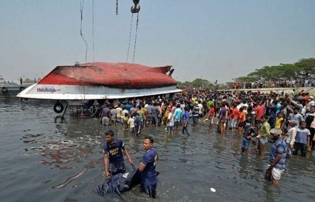 بنگلہ دیش میں مسافر بردار فیری اور کارگو جہاز کے درمیان تصادم کے نتیجے میں 26 افراد ہلاک ہوگئے۔